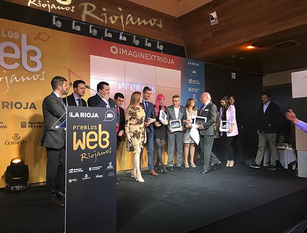 Foto de Familia de los galadronaddos con los Premios Web Riojanos 2017