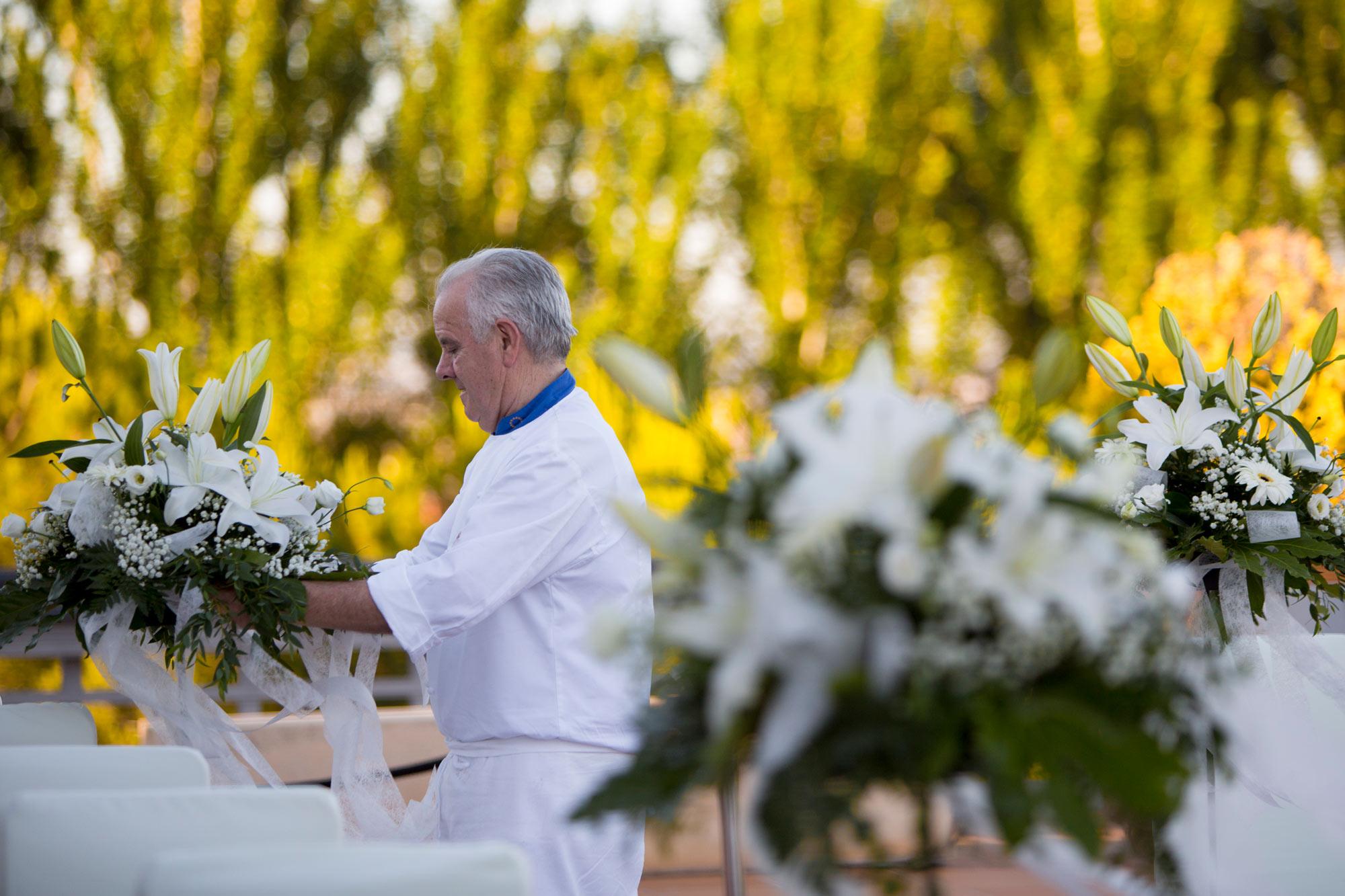 Boda 4 - lorenzo poniendo flores