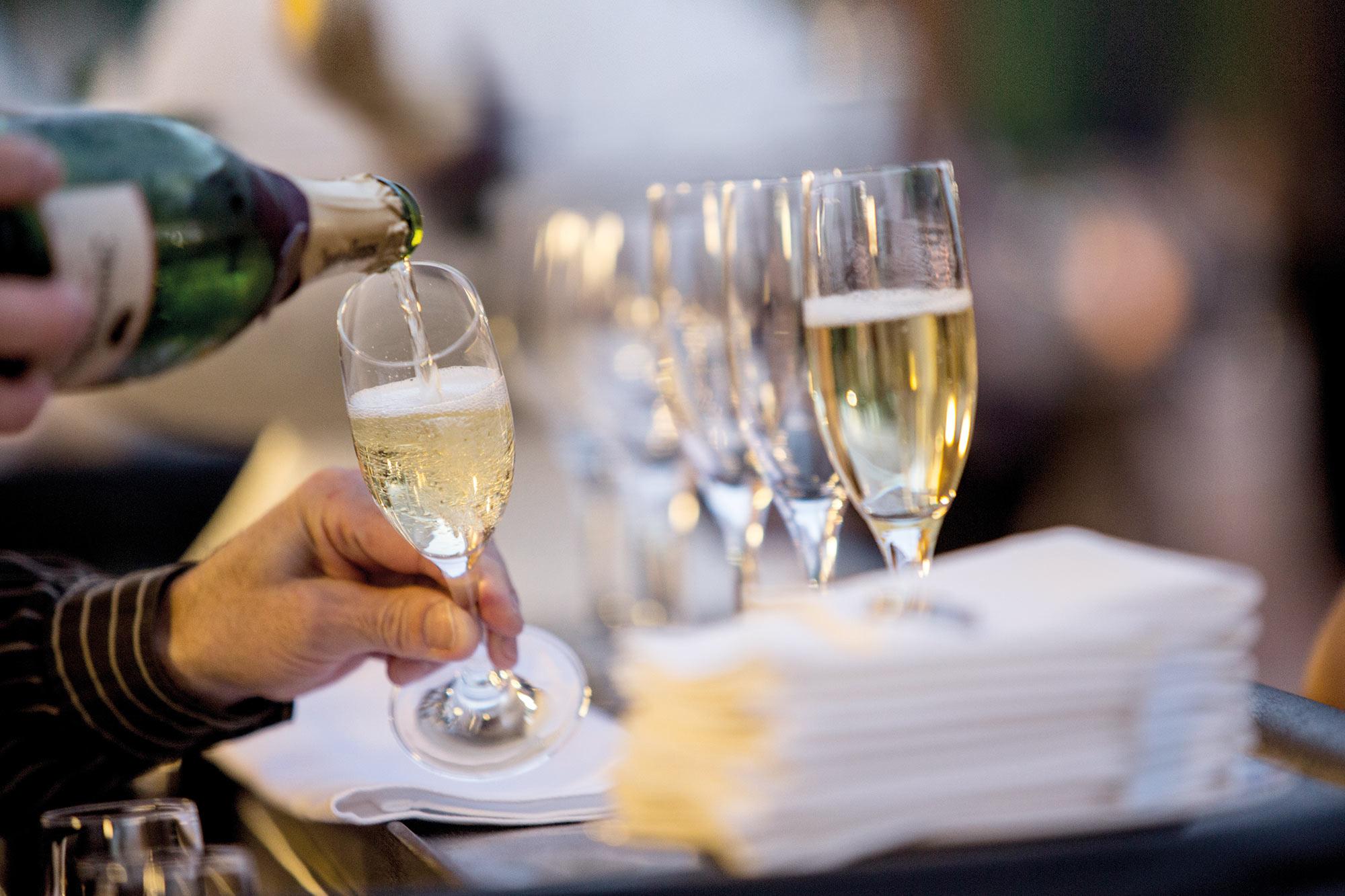 bebidas - champagne sirviendo